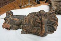 De archeologen troffen verder delen aan van aardewerken kariatiden