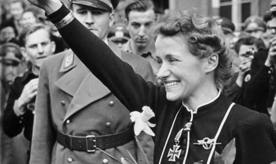 Hanna Reitsch na uitreiking van het IJzeren Kruis (cc - Bundesarchiv)