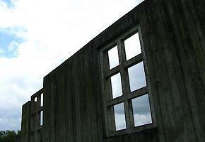 Voormalig Kamp Westerbork: op enkele plekken waar barakken stonden zijn momenteel taluds te vinden