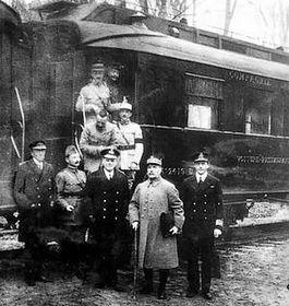 Foto genomen na de ondertekening van de wapenstilstand in een treinwagon bij Compiègne