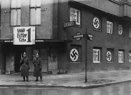 Politieagenten voor een bij homoseksuelen populaire nachtclub in Berlijn. Nadat de nazi's in 1933 aan de macht waren gekomen werd de tent snel gesloten. (Foto: USHMM)