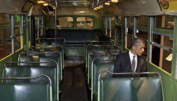 De Amerikaanse president Barack Obama in de historische bus, op de plek van Rosa Parks, 2012 (Publiek Domein - Pete Souza - The White House)