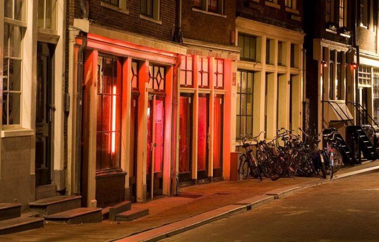 Gezicht op twee bordelen in de Bloedstraat op de Wallen in Amsterdam - cc
