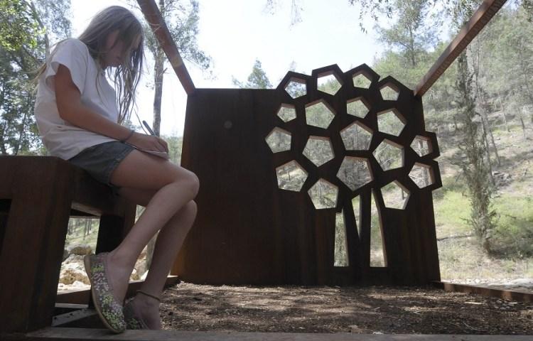 Israëlisch schoolmeisje in het monument – Foto: JNF