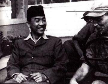 Soekarno na zijn arrestatie in Djokjakarta. 'Meesterlijke foto', stelt Goedkoop vast. 'Van Langen en zijn troepen vieren de overwinning, maar zie de lach. Soekarno wist beter'