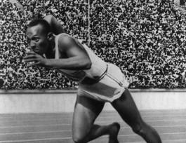 Jesse Owens tijdens de 200 meter sprint