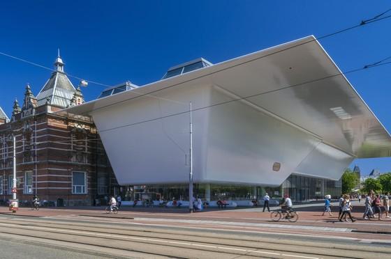 Stedelijk Museum Amsterdam - Het oude museumpand (1895) en het nieuwe, door Benthem Crouwel Architecten ontworpen, museumpand – Foto: John Lewis Marshall