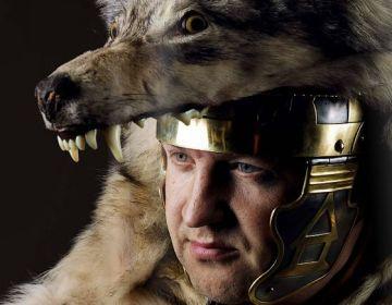 Officier met wolvenvel – Foto: Vantilt | Fragma – Stef Verstraaten