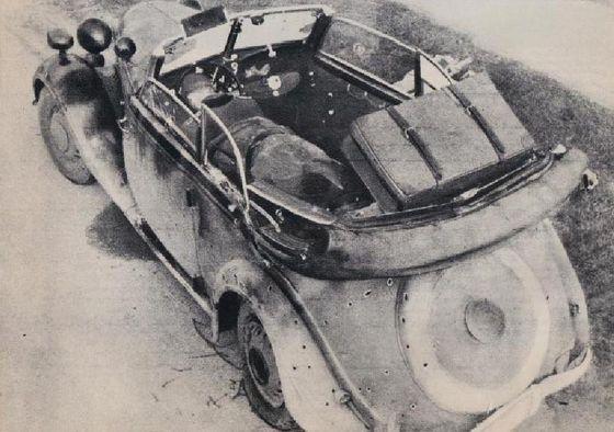 De BMW van Rauter na de aanslag. Rauter is weggehaald; de dode chauffeur is duidelijk zichtbaar (Politiefoto in 'Ik draag u op...')