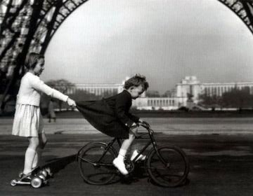 Le remorqueur du Champ de Mars - Robert Doisneau