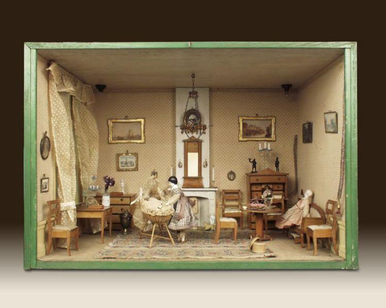 Biedermeier woonkamer met wieg, gemaakt rond 1835 – foto door J & M Zweerts, Den Haag (Collectie Haags Historisch Museum) - Lita heeft deze woonkamer zelf ingericht in de Biedermeierstijl. Deze stijl was erg populair onder de gegoede burgerij in de periode 1815-1850. De meubels, gordijnen, wandbespanningen en kleding zijn redelijk sober van vorm en kleur. Dit in tegenstelling tot de Empirestijl, die eerder huiskamers vulde met verguldsel en andere kostbare materialen. In de hoek heeft Lita een wieg geplaatst. Hierin ligt een baby, gekleed in een katoenen hemdje. Op de commode staat het bordspel triktrak en op de klep van de schrijftafel staat een ivoren inktstel. Aan de muren hangen 19de-eeuwse kunstwerkjes en in de rechterhoek hangen twee zogenaamde schellenkoorden. Daarmee kon de dame of heer des huizes de dienstmeid roepen. De koorden lopen namelijk door tot in de keuken. Daar hing aan het einde van het koord een belletje.