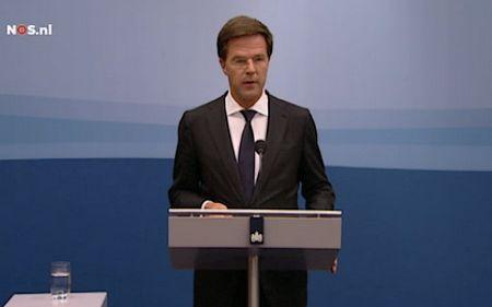 Premier Rutte tijdens de persconferentie - Still NOS