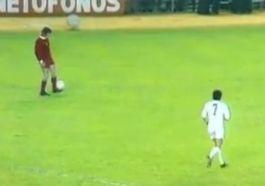 Gerrie Mühren houdt een balletje hoog tijdens een wedstrijd tegen Real Madrid