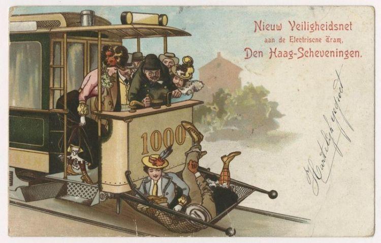 De introductie van elektrische tram leidde aanvankelijk tot meer verkeersongelukken. Deze prent toont op geestige wijze een van de oplossingen die werden bedacht om dodelijke ongevallen te voorkomen. Voor zover bekend zijn dit soort veiligheidsnetten in Den Haag echter nooit gebruikt.  - Prentbriefkaart van de HTM, veiligheidsnet aan de elektrische tram, ca. 1902 – Collectie Haags Gemeentearchief.