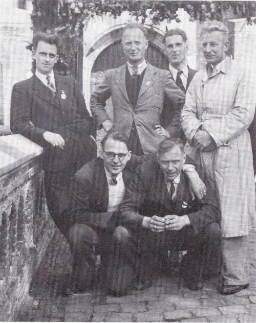 Foto van een reünie van de deelnemers aan de overval op het huis van bewaring in Leeuwarden. Gerard Reeskamp (staand, tweede van links) poseert met de collega's van zijn bewakingsploeg. Linksonder Tinus Pieters, die betrokken was bij de fatale overval op Hantje Zijlstra.