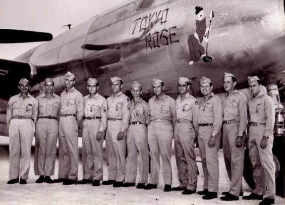 Tokyo Rose werd steeds populairder. Er werd zelfs een Amerikaans militair vliegtuig naar hem vernoemd - Foto: September, 1944 (atheyfamily.org)