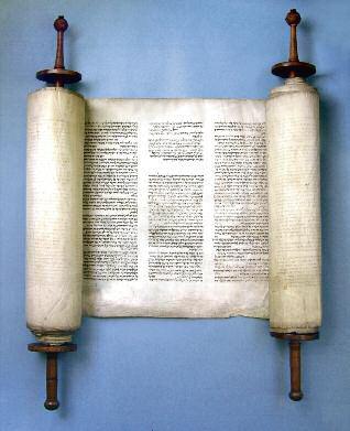 De Torarol uit ca. 1400 die Uri Halevie heeft meegenomen naar Amsterdam en aan de gemeente naliet bij zijn terugkeer naar Emden. (WBOOKS)