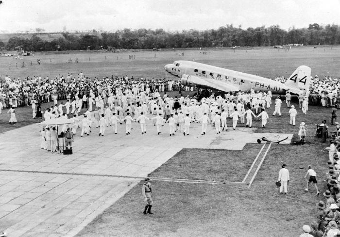 Een menigte heeft zich verzameld op het vliegveld Darmo waar het vliegtuig de Uiver is aangekomen na afloop van de London-Melbourne-race in 1934, Soerabaja, Java - Foto: CC / Tropenmuseum