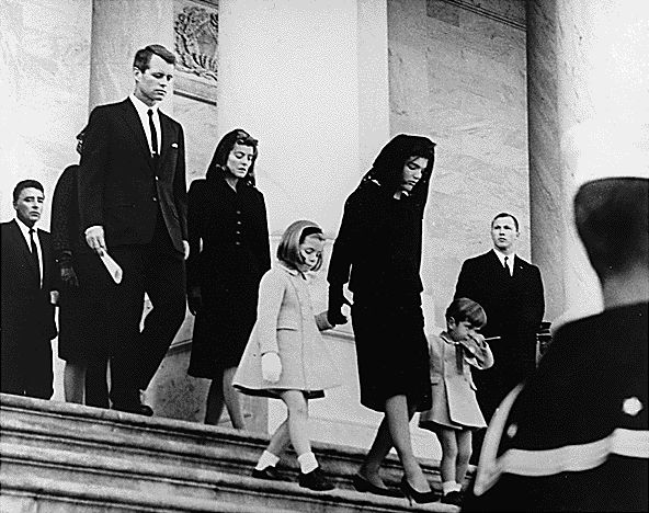 Jacqueline Kennedy in Givenchy, Robert Kennedy, John Jr., Caroline, en Peter Lawford verlaten het Capitool na de ceremonie van John Fitzgerald Kennedy op 24 november 1963