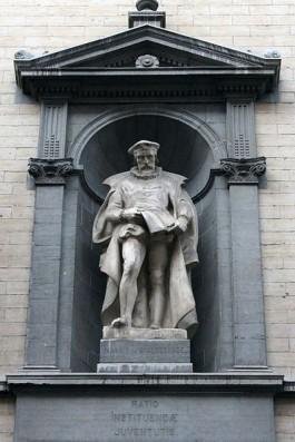 Standbeeld van Philips van Marnix aan de gevel van de Hoogstraat 255 in Brussel