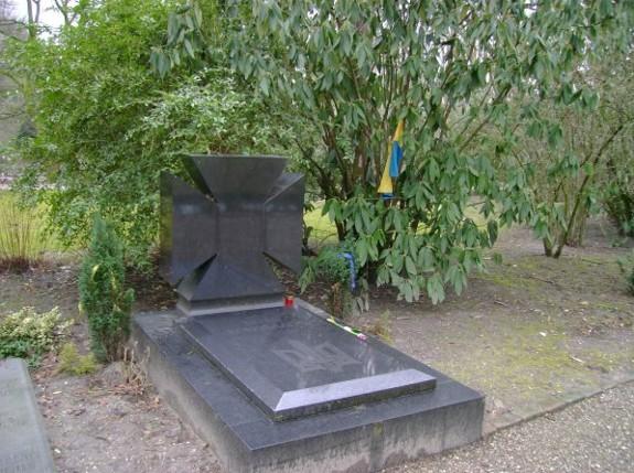 Het graf van Yevhen Konovalets op de begraafplaats Crooswijk in Rotterdam (Internet Encyclopedia of Ukraine)