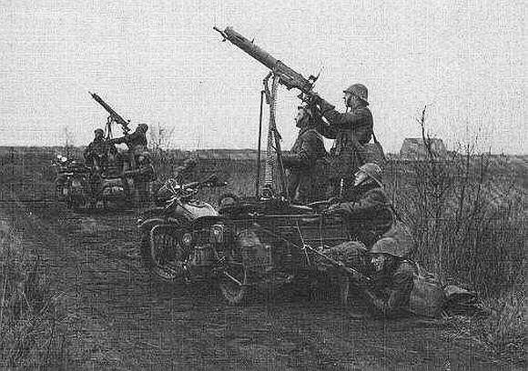 1e Regiment Huzaren Motorrijders in luchtafweer-modus (foto: mei1940.nl)