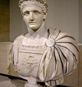 Buste van keizer Domitianus in het Louvre in Parijs - cc