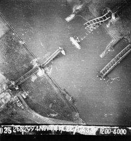 Vernielde Rijnspoorbrug bij Oosterbeek, 4 november 1944. Opname door de Royal Air Force. (Gelders Archief 1560-727)