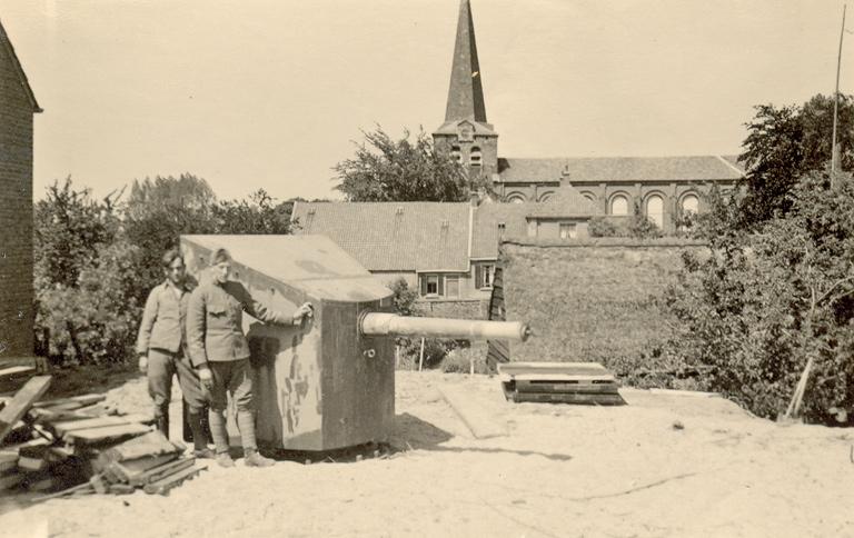 Geschutsopstelling op de Bandijk aan de Waal (foto: grebbeberg.nl -collectie Jonasse)