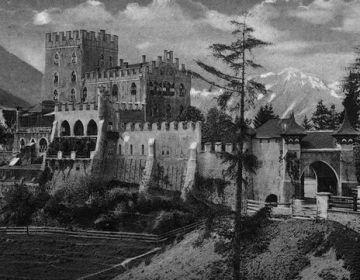 Schloss Itter is gebouwd boven op een berg die uitkijkt op de ingang van het Brixental in Oostenrijk. De eerste historische vermelding dateert van 1241. Het slot is vernietigd, herbouwd en door de eeuwen heen uitgebreid voordat het in 1942 werd verbouwd tot een vip-gevangenis. Het heeft achtereenvolgens dienstgedaan als militaire vesting, woonhuis en een luxe hotel.