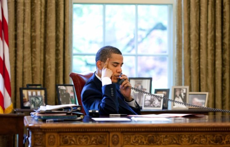 Barack Obama voert een telefoongesprek (cc - Witte Huis)
