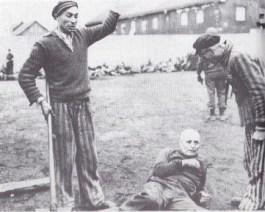 Bevrijde gevangenen in Dachau schelden één van hun voormalige bewakers uit.
