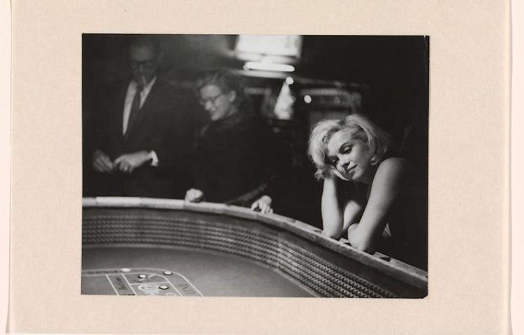 Portret van Marilyn Monroe aan de speeltafel, tijdens de opnamen voor The Misfits Eve Arnold (1912-2012) - Ontwikkelgelatinezilverdruk, 1960 Collectie Rijksmuseum