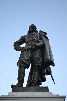 Nadat het standbeeld van Jan Pieterszoon Coen in 2011 door een ongeluk van zijn sokkel viel, organiseerde het Westfries Museum een expositie in de vorm van een rechtszaak over deze beruchte Gouverneur-generaal  (foto H.M.D. Dekker).