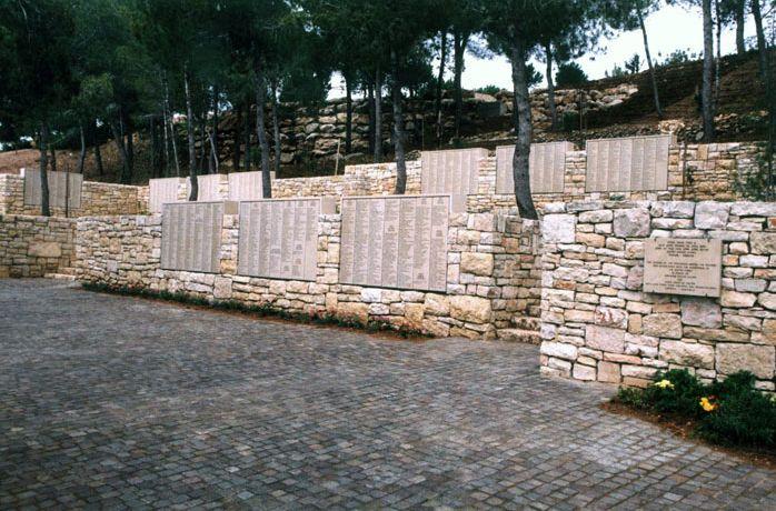 """De gedenkmuur in de """"Garden of the Righteous"""" van Yad Vashem in Jeruzalem waarop alle Rechtvaardigen onder de Naties genoemd worden. © Yad Vashem"""