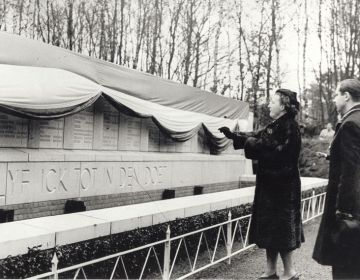 Onthulling monument in Kamp Vught door prinses Juliana, 1947 (NMKV)