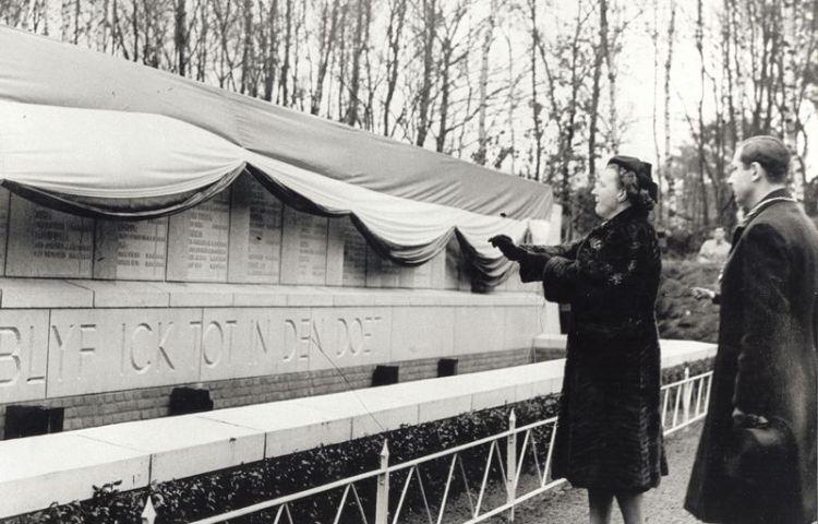 Onthulling monument in Kamp Vught door prinses Juliana, 1947 (NMKV)