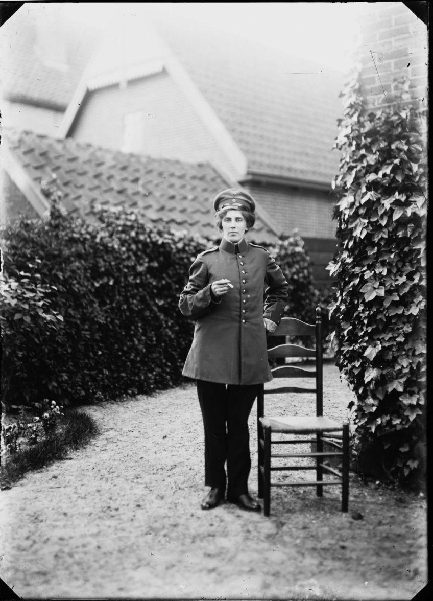 Een vrouw in uniform (Regionaal Archief Alkmaar)