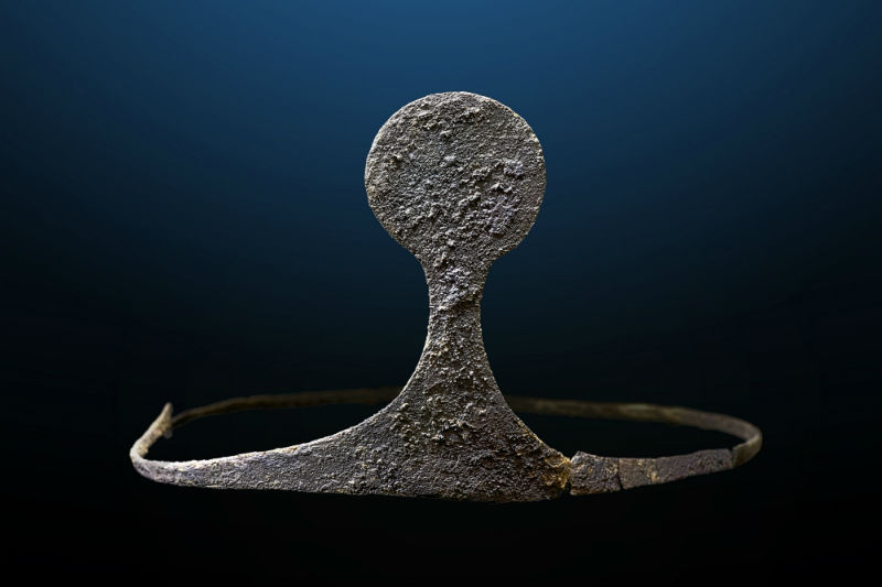 Zilveren diadeem die in een van de tombes werd gevonden