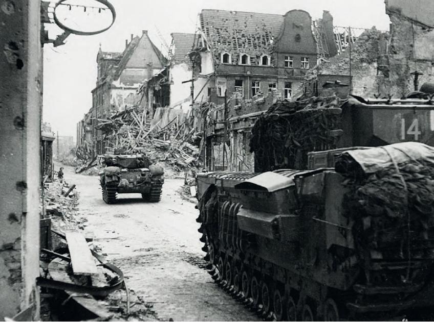 Churchilltanks rijden op 11 februari het vernielde oude centrum van Kleve binnen. - © uit: De bevrijding in Beeld  / Vantilt fragma