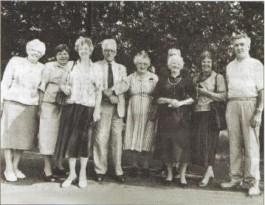 De familie Buitenhuis samen met de opgevangen Arnhemse familie in 1944 op de foto in Apeldoorn-Noord