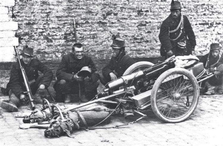 Trekhonden voor een zware mitrailleur. Ze zijn gemuilkorfd zodat ze niet kunnen blaffen en de vijand alarmeren, België 1914