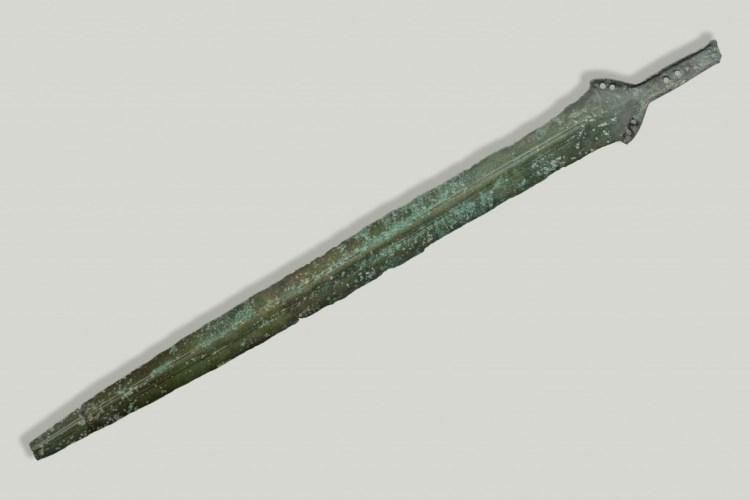 Zwaard, ca. 1000 v.Chr., brons, lengte ruim 60 cm., collectie Drents Museum