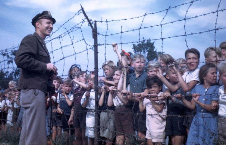 Luitenant Gail Halvorsen maakt een praatje met Berlijnse kinderen. © Privécollectie G.S. Halvorsen