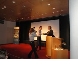 Yuri Visser neemt de prijs in ontvangst (Foto: Enne Koops)