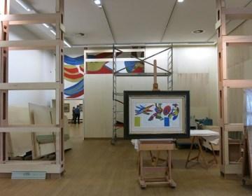 Geschonken schets van Karel Appel. De uiteindelijke muurschildering van Karel Appel is nog deels zichtbaar op de achtergrond (SMA)
