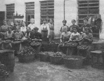 Vrouwen aan het werk in een volkskeuken in Gent