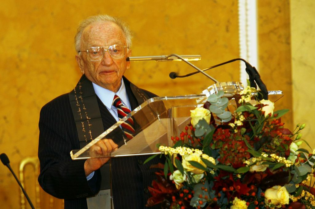 Ferencz houdt in 2009 in de Erasmusuniversiteit zijn dankwoord na onderscheiden te zijn met de Erasmusprijs. (Bron: Benjamin Ferencz)