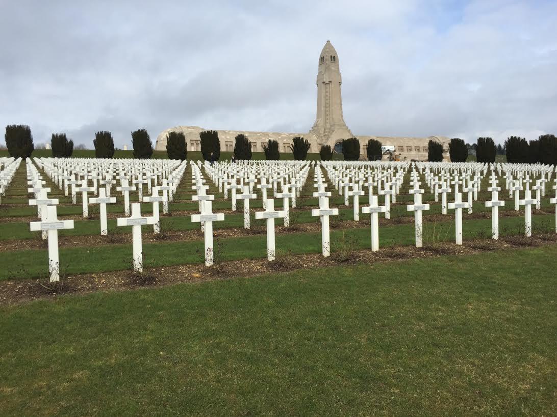 Kerkhof met op de achtergrond het ossuarium bij Verdun - Jurriaan Rigter