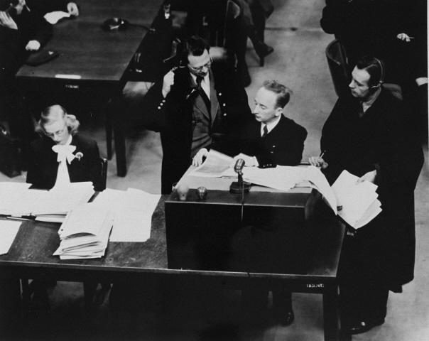 Hoofdaanklager Ferencz houdt achter het spreekgestoelte tijdens het Einsatzgruppen-proces. (Bron: USHMM / Benjamin Ferencz)